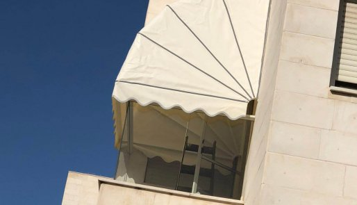 מרקיזה למרפסת מתקפלת