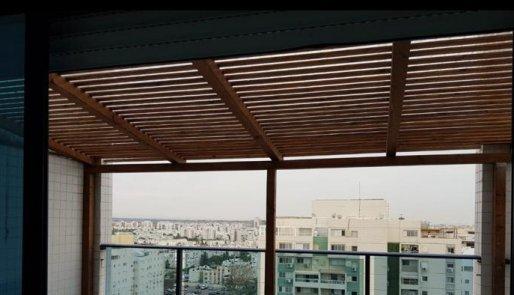 פרגולה למרפסת חסינה לשמש וגשם
